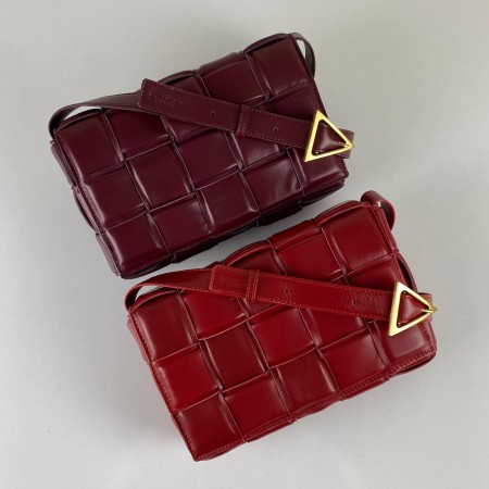 BOTTEGA VENETA PADDED CASETTE BAG BORDO