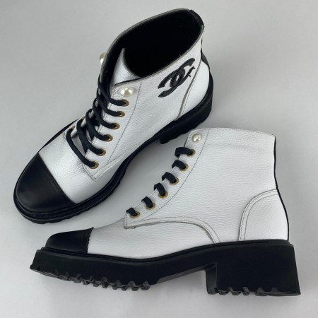 CHANEL GRAİNED CALFSKİN CC ANKLE BOOTS BEYAZ